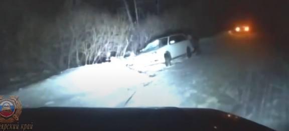 Краевые сотрудники ГИБДД помогли застрявшему в мороз на трассе водителю