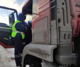 В Красноярском крае инспекторы ГИБДД предупреждают дальнобойщиков об опасности через радиоволны
